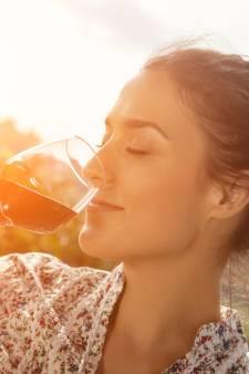 Tandarts toont wat alcohol met je tanden doet