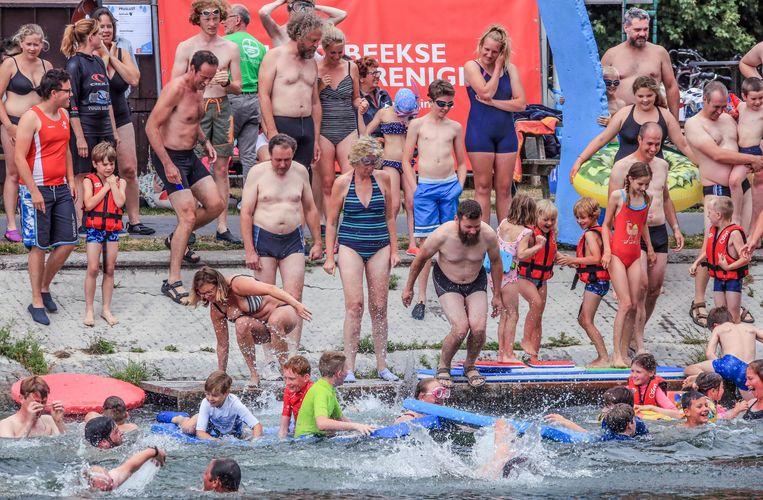 Rond de 100 mensen hebben deelgenomen aan de Big Jump in Harelbeke.