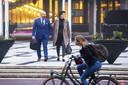 Marco Kroon komt met zijn vrouw aan bij de rechtbank. De drager van de Willems-Orde moet voor de militaire rechtbank verantwoorden voor misdragingen die hij tijdens carnaval in Den Bosch zou hebben gepleegd.
