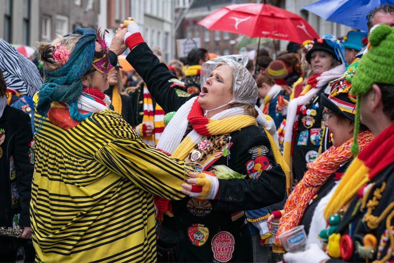 Sfeerbeeld uit Oeteldonk tijdens carnaval.