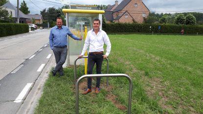Gemeente plaatst fietsbeugels aan bushaltes