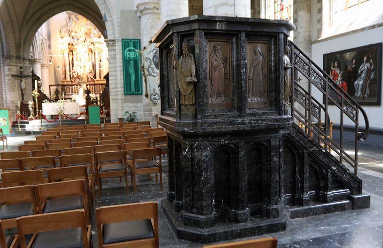 De preekstoel in de Sint-Waldetrudiskerk van Herentals, waarop in juli en augustus op dinsdag een centrale gast(e) zijn verhaal komt doen. (Tekst: TJH)
