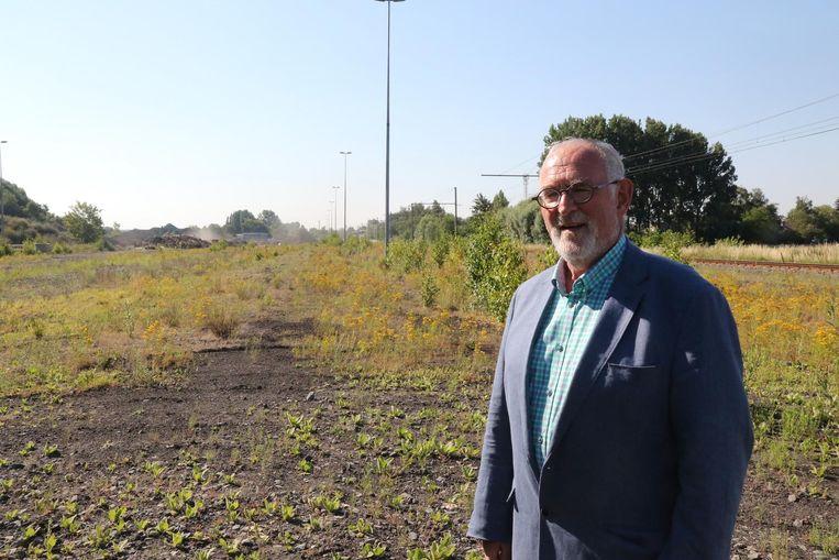 Burgemeester Jan Durnez op het terrein.