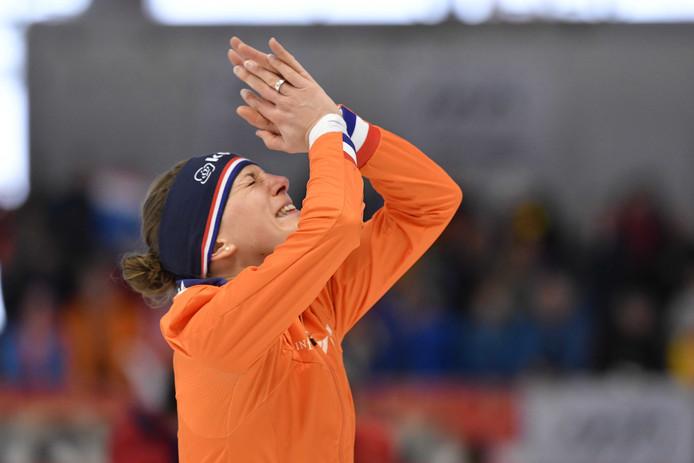 Een emotionele Ireen Wüst na haar wereldtitel op de 1500 meter.