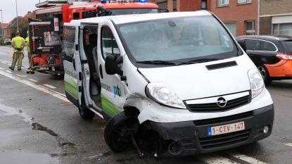 Drie voertuigen beschadigd bij aanrijding in Dijkstraat