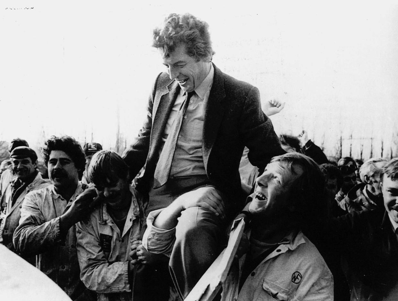 Na een toespraak van FNV-voorzitter Wim Kok tegen de regeringsplannen inzake ziektegeld werd hij donderdag door werknemers van de werf Wilton-Feijenoord op de schouders door Schiedam gedragen (1982). Beeld ANP