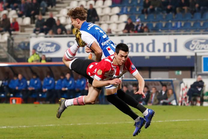 Hirving Lozano werd door Mark van Bommel in de rust van het duel met Heerenveen gewisseld.