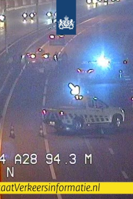 Ambulancechauffeur Berry zet A28 bij Zwolle af na lekke band, maar vlak achter hem botsen vier auto's op elkaar