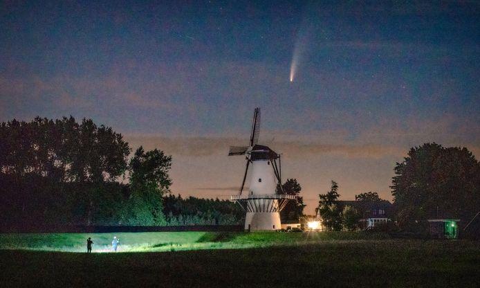 Komeet Neowise bij molen De Vlinder in Deil