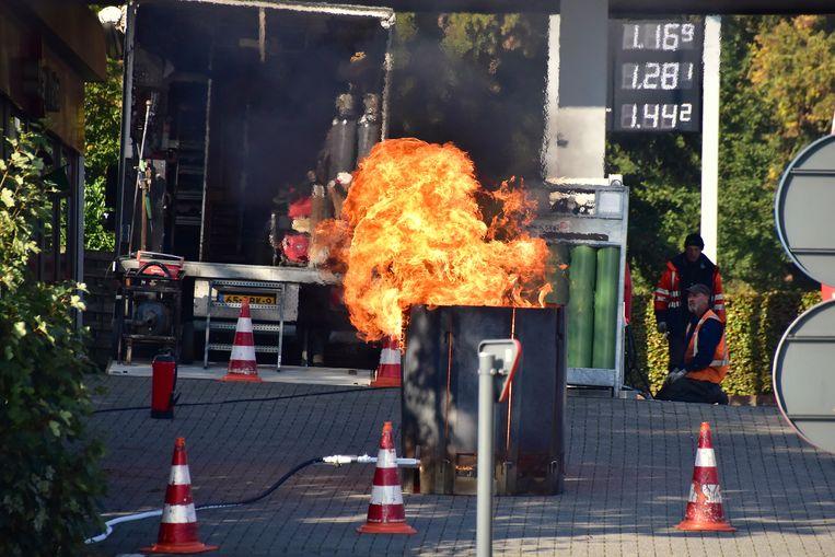 Een gespecialiseerde firma liet het resterende gas in de ondergrondse gastank gecontroleerd opbranden in de buurt van het tankstation op het kruispunt van de Deinsesteenweg.