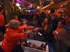 Buiten biertjes drinken tijdens Koningsdag in Oosterhout