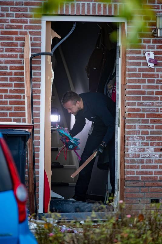 Onderzoek bij de woning in Urk, waar een vuurwerkbom een ravage veroorzaakte.