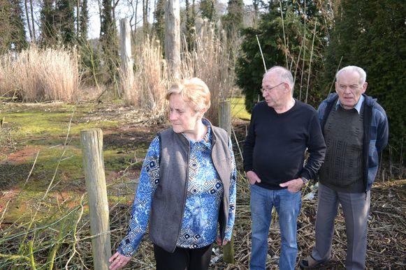 Louis Van Aerschot, Leo Verbruggen en Gilberte Van Roelen in hun tuin, waar ook regelmatig nog water komt.