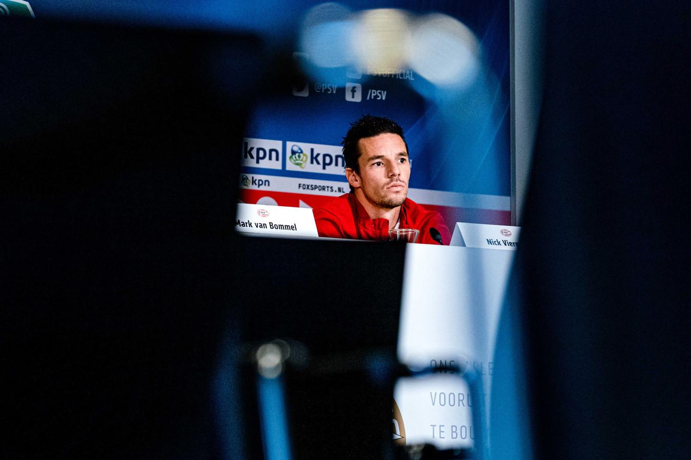 Nick Viergever bij de persconferentie voor PSV-FK Haugesund
