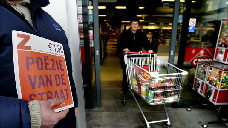 Een Nederlandse dakloze verkoopt de daklozenkrant Beeld ANP