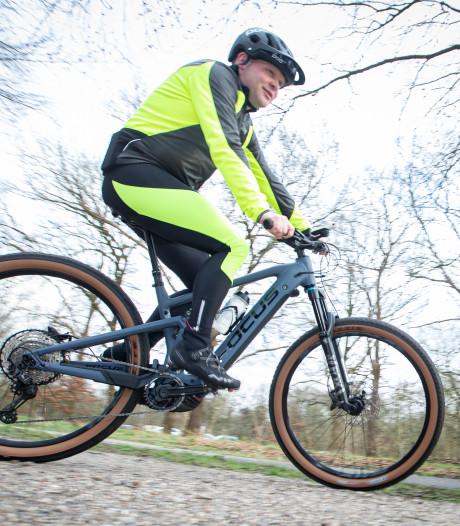 Remco (44) uit Enter fietst monstermarathon in Haarle op e-bike: 'Hoop op het eind iets over te hebben'
