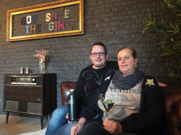Filip De Meyer en Natalie Bekaert van Brasserie Estelle met hun eigen gin.