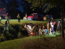 Auto rijdt sloot in langs ringweg Biddinghuizen: traumahelikopter ter plekke