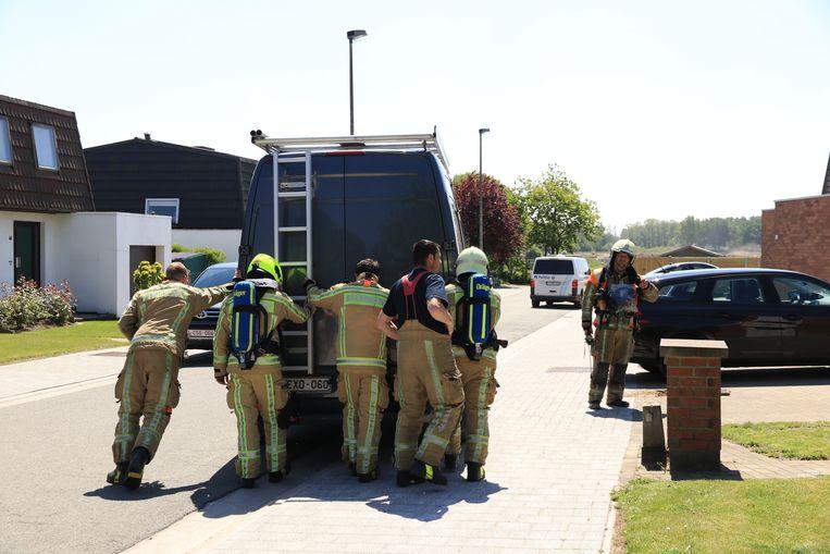 De bestelwagen van de klusjesman werd weggeduwd. Om geen vonken te maken, werd het voertuig niet gestart.