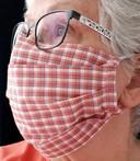 """Ria de Boer-Weeda van Weedrie uit Breda maakte dit mondkapje van katoen/satijn. """"De binnenkant bestaat uit twee lagen die open kunnen om eventueel een extra filter in te doen. Alvast gemaakt voor reizen in het openbaar vervoer."""""""