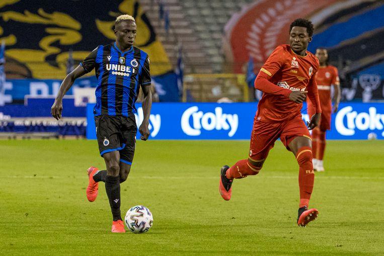 Youssouph Badji (links) met Martin Hongla van Antwerp.
