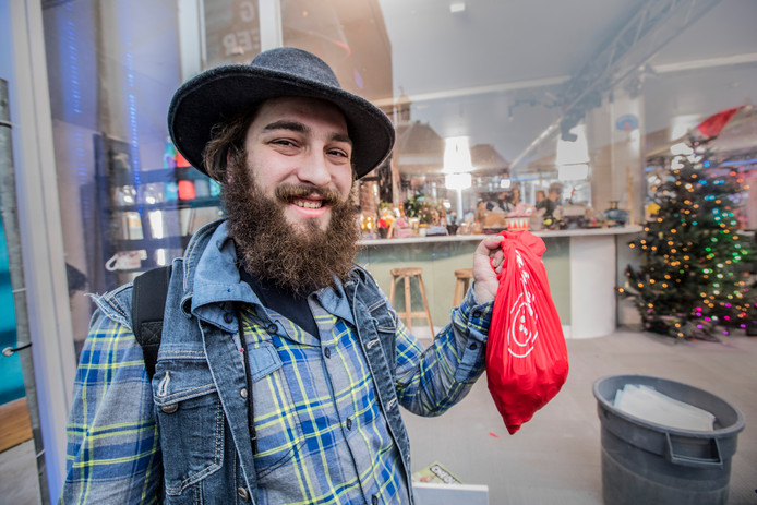 Treinmuzikant Nathan met zijn zakje geld dat hij later aan Domien zou overhandigen.
