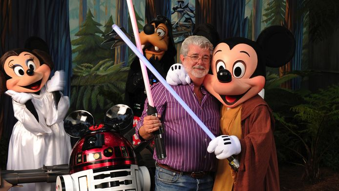 George Lucas flirtte al in 2010 met deze Disney-figuren in Disney's Hollywood Studios theme park in het Amerikaanse Lake Buena Vista.