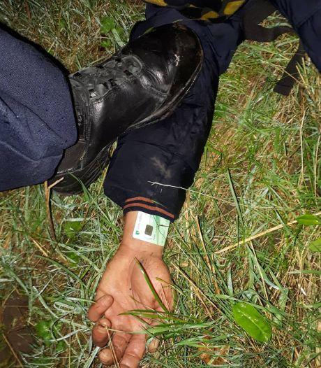 Autokraker probeert liggend op een achterbank aan agenten te ontkomen, na 1,5 uur toch gepakt