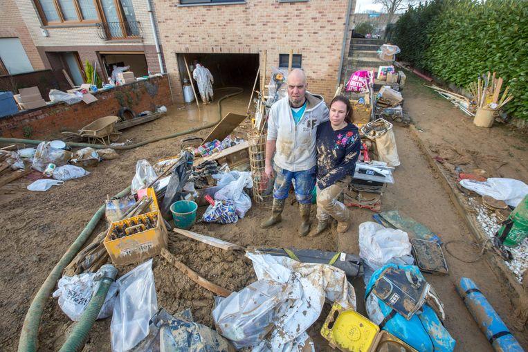 Marleen Borremans en Peter Duponcheel tussen het puin voor hun woning