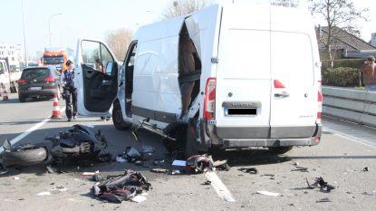 Motorrijder zwaargewond bij zware klap op Rijksweg