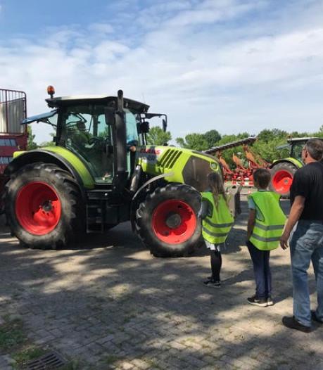 Scholieren Boskamp leren gevaren grote landbouwvoertuigen te ontwijken