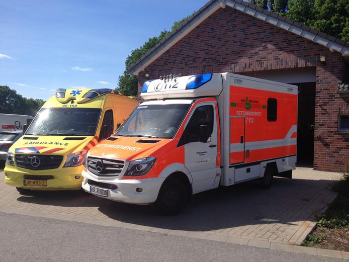 De ambulance (rechts) van het Duitse Rode Kruis in Isselburg die voor spoedgevallen binnen vijf minuten in Dinxperlo kan zijn.