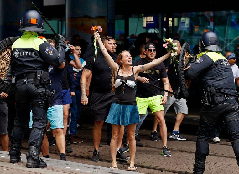 Demonstranten zoeken de confrontatie met de politie bij het Centraal Station van Den Haag.  Beeld ANP