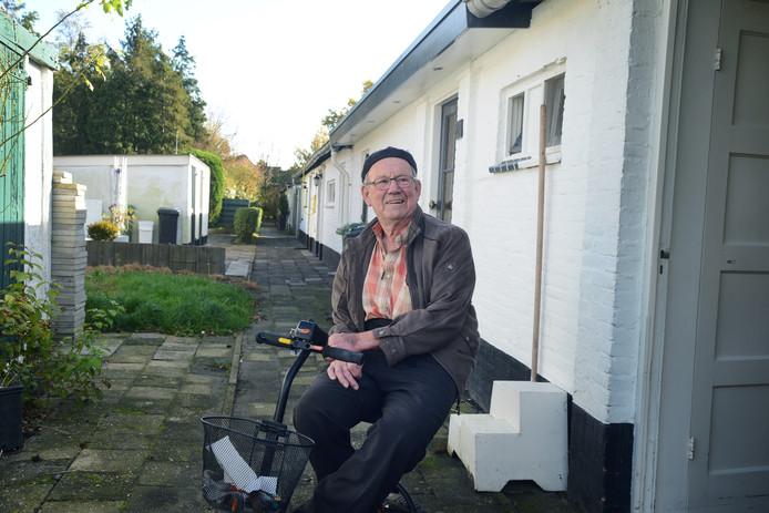 De buren in de Plantage helpen elkaar. Jan Klompe (83): ,,In de winter ruimt de buurvrouw de sneeuw voor mijn deur weg en een buurjongen maait het gras voor me.''