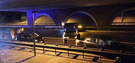 Ongeluk met drie auto's op A50, weg afgesloten