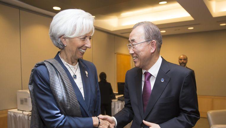 IMF directeur Christine Lagarde (L) en Secretaris Generaal van de Verenigde Naties UN Ban Ki Moon (R) schudden elkaar de hand bij de voorjaarsvergadering van het IMF en de Wereldbank. Beeld epa