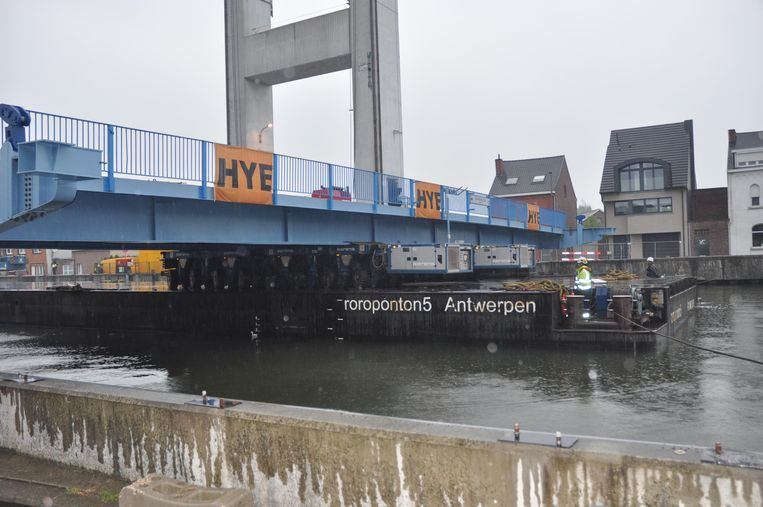Het brugdek werd op een ponton ter plekke gebracht.