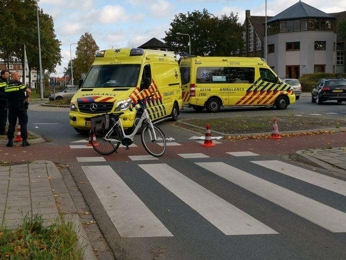 Een fietsster is geschept door een personenauto op deze rotonde in Ede. De bestuurder van de auto ging er vandoor.