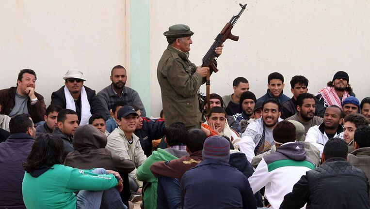 Libische rebellen krijgen AK47-les in een trainingskamp in de buurt van Benghazi. Beeld getty