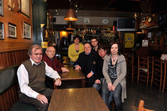 Freddy Lammens, Carlos Van Hoorde, Hilde De Both, Gustaaf Van Den Berge, Mattias en Stefan Erauw en Evelien in café De Gouden Kraan bij de overname in 2012