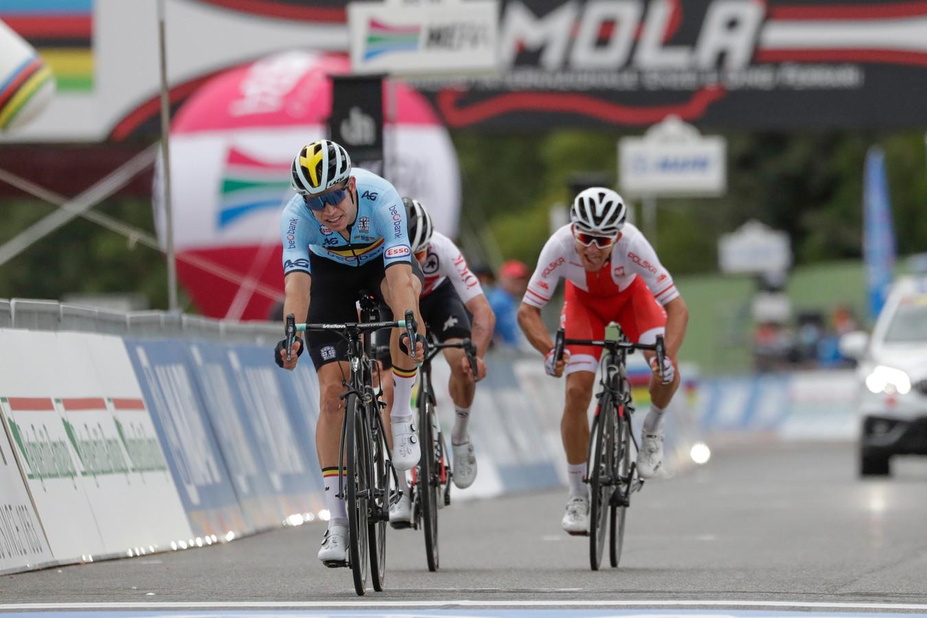 Van Aert sprint naar het zilver, voor Hirschi en Kwiatkowski (r).
