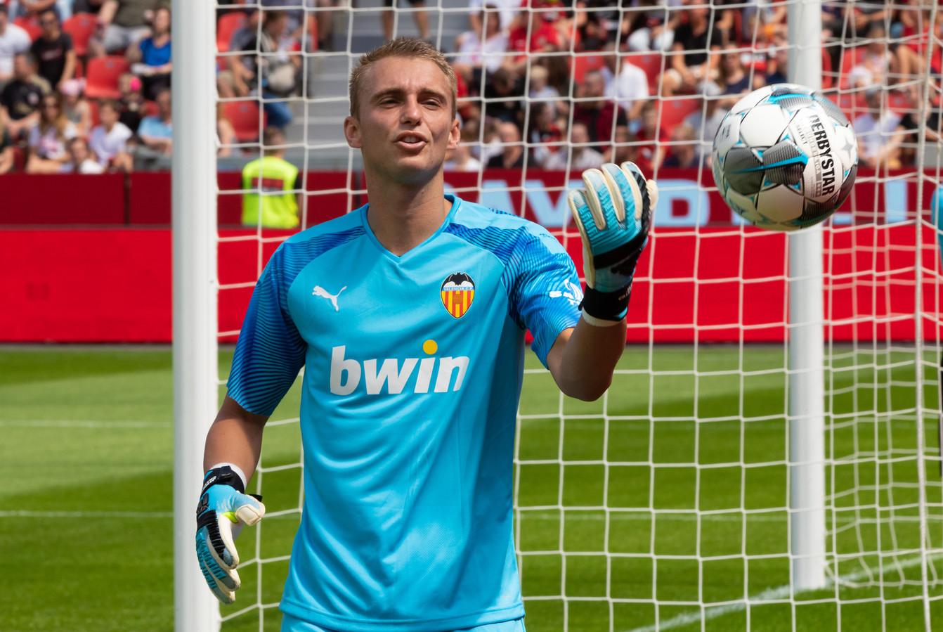 Jasper Cillessen in actie in de oefenwedstrijd tegen Bayer 04 Leverkusen.