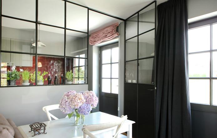 Créez une atmosphère agréable : un bouquet de fleurs sur la table, ...