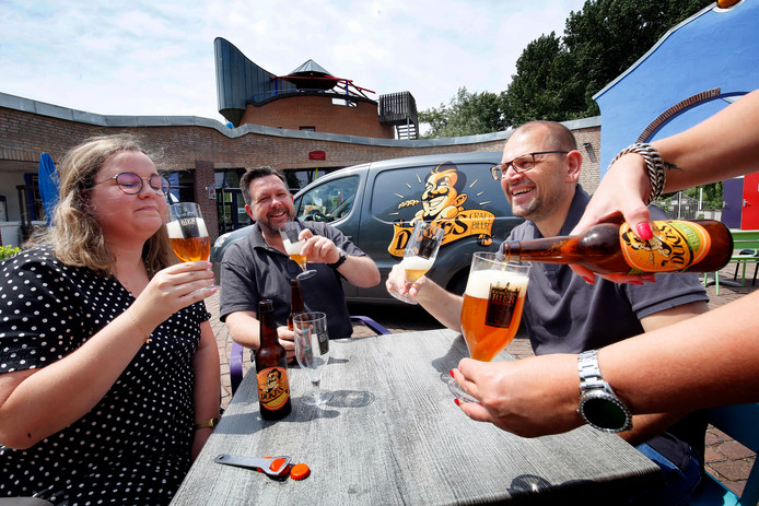 De organisatoren Han Berendsen (l) en Robert Links van het Gorcums Bierfestival hebben er zin in.