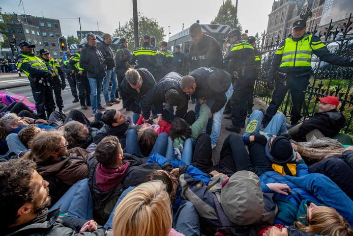 Activisten worden aangehouden.
