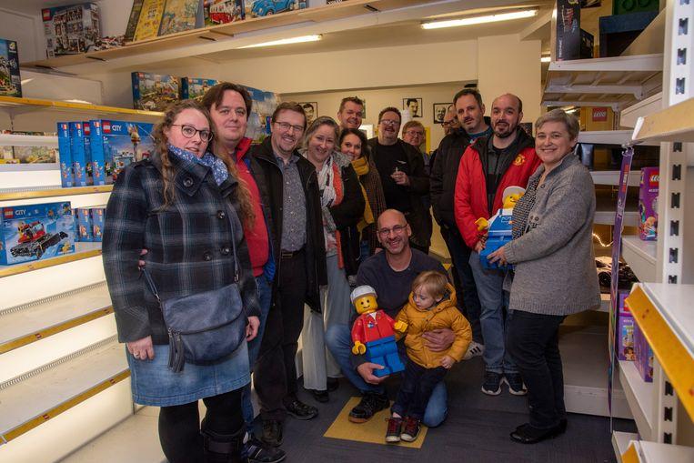 De Brick Mania Lego winkel in Wetteren stopt ermee. Leden van BELUG komen uitbater Eric bedanken voor zes mooie jaren.