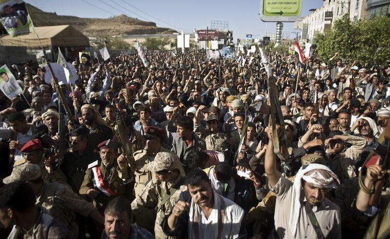 Houthi's verzamelen in de straten van Sanaa tijdens een demonstratie. Beeld ap