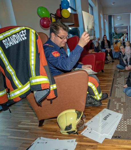 Brandweerman vertelt peuters over kat Harry