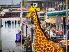 Giraffe van legostenen prijkt op Scheveningse boulevard