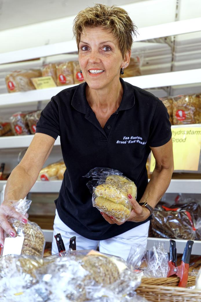 Jeanny van Houtum in haar broodkraam.